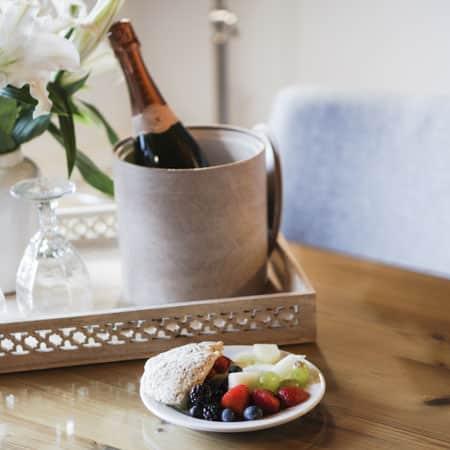 Seau à glaces avec champagne et fruits